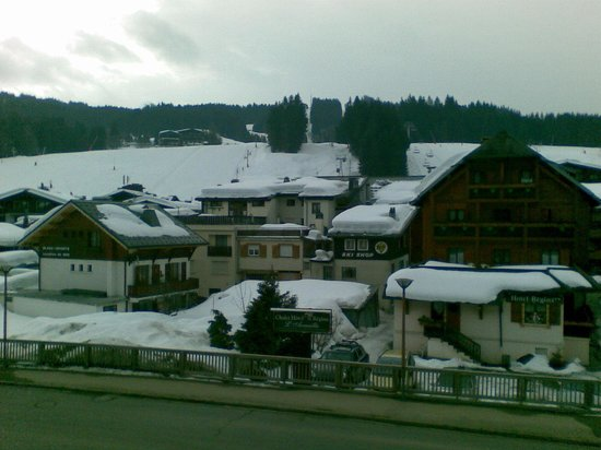 Hotel Le Boomerang: View across to main Chairlift