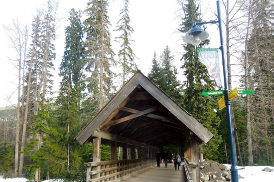 Four Seasons Resort and Residences Whistler: walk way from The Four Seasons to Whistler Village