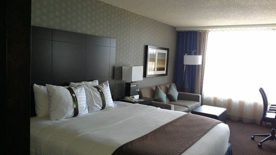 Holiday Inn Pointe Claire Montreal Airport: The room.