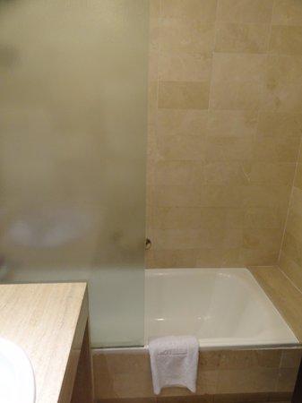NH Barcelona Eixample : Bathroom