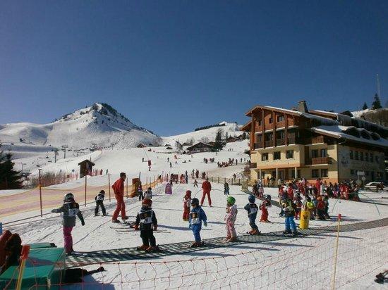 Hotel les Skieurs: L'hotel sur la droite au pied des pistes
