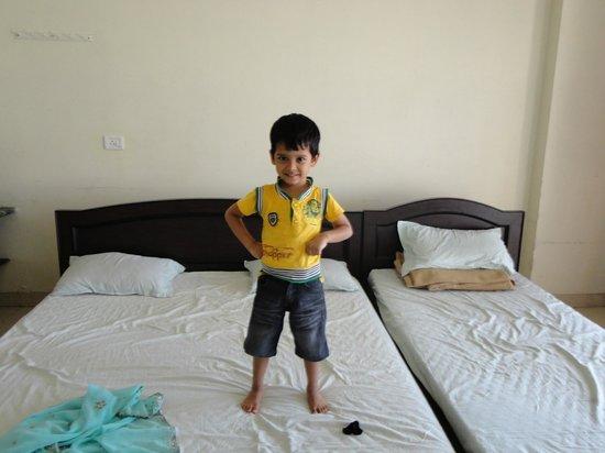 Dwarawati Bhaktiniwas: Beds inside room