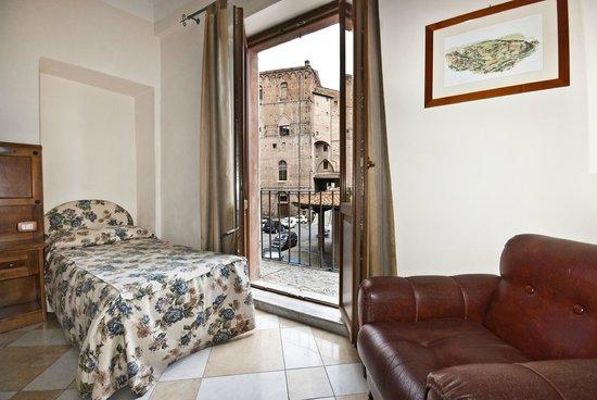 Al Mercato B&B: Triple room with balcony, Tv, free wi-fi