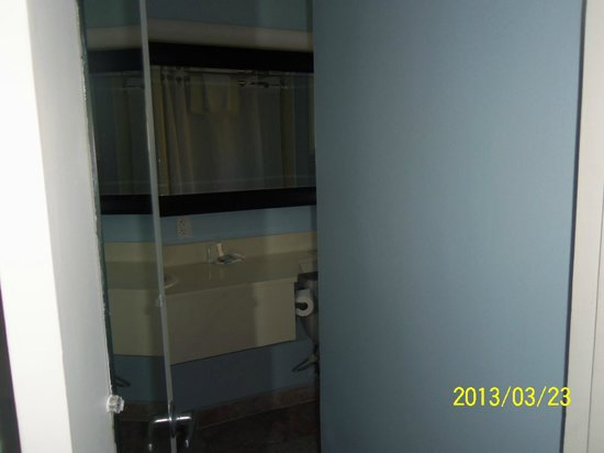 Laguna Beach Lodge: Tight squeeze into bathroom