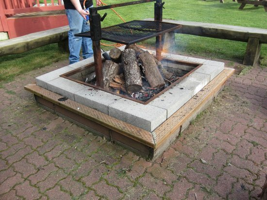 Waldport Newport KOA: Ron helping us with the community fire pit.