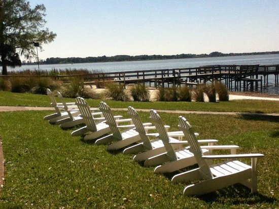 Lakeside Inn: Chairs overlooking Lake Dora