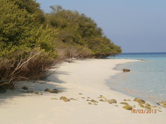 Eriyadu Island Resort: Narrow part of north beach at low tide (rooms in 140's)