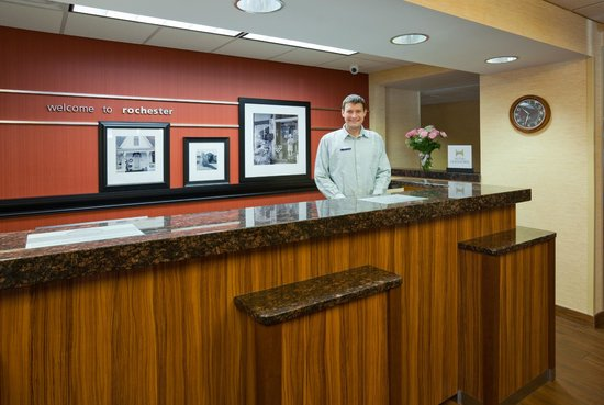 Hampton Inn Rochester: Front Desk