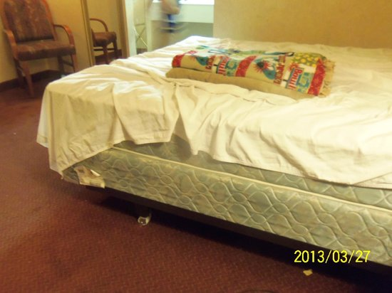 The Buena Park Hotel & Suites : No fitted sheets!
