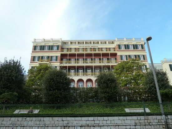 Hilton Imperial Dubrovnik: Hotel from the street