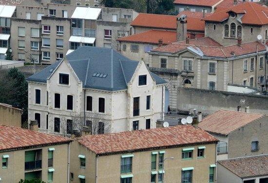 Demeure Saint Louis: El edificio de enfrente a su derecha es la prisión