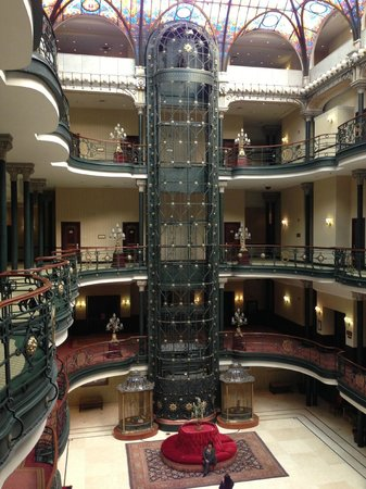 Gran Hotel Ciudad de Mexico: Main lobby Fantastic elevator is mostly decoration, but does work for arriving guests.