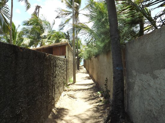 Hotel-Pousada Jardim do Mar: Small alley to the beach, 50m away from the hotel