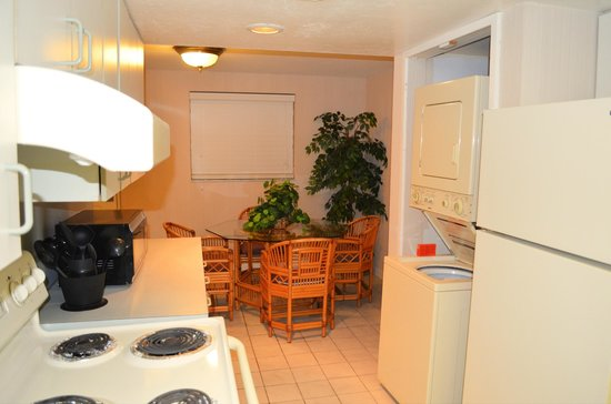 Days Inn and Suites Key Islamorada: part of kitchen leading to breakfast / eating area