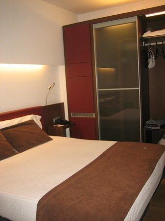 Ayre Hotel Gran Via: Cama e guarda fatos, com frigorifico