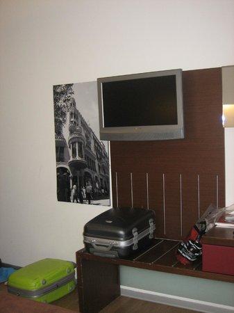 Ayre Hotel Gran Via: Quarto espaçoso com tv