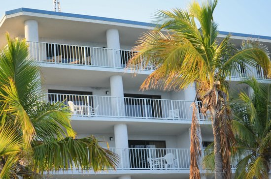 Days Inn and Suites Key Islamorada: Oceanfront Balcony has table to eat at and lounge chairs