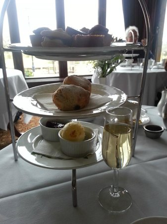 Rookery Hall Hotel & Spa: Champagne afternoon tea