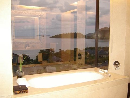 Raffles Seychelles : Lovely view from the bath tub