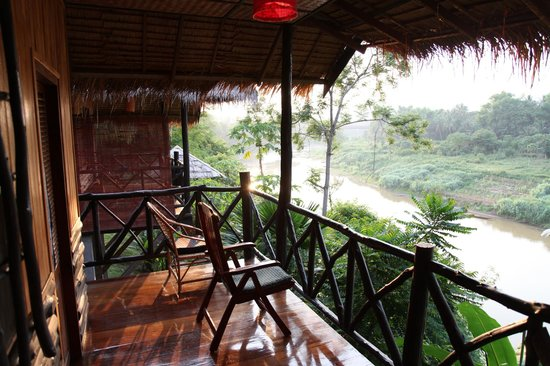 Thongbay Guesthouse: Balcony River View Bungalow