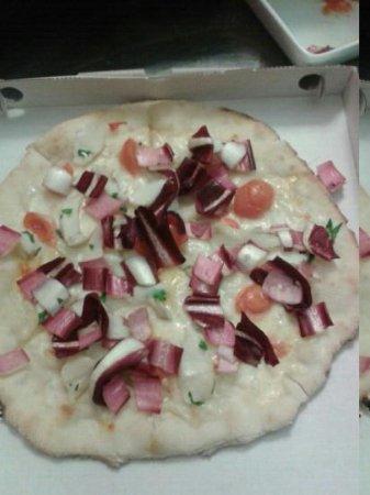 La Tana di Lucifero: pizza con il baccalà e radicchio trevigiano....buonissima!!!