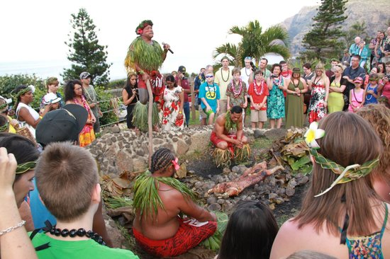 Chief's Luau at Sea Life Park: Chief explained this ancient cooking process and offered a pray
