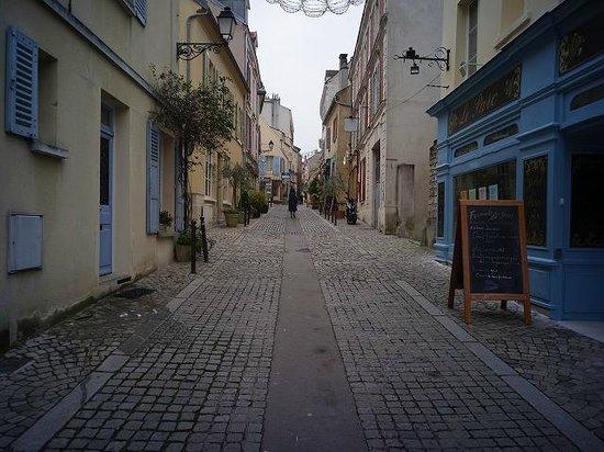 Hotel Le Parc : ホテルの前の街路
