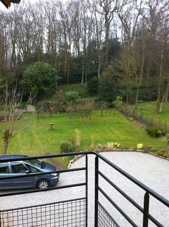 Le Clos de l'Entaille : vue sur le jardin depuis la chambre de l'étage