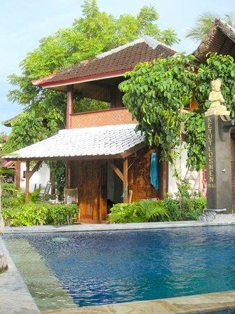 Ketut Losmen Bungalows : Perfect poolside bungalow