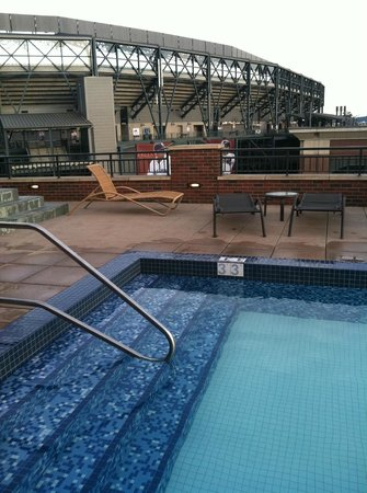 Silver Cloud Hotel - Seattle Stadium : Rooftop Pool - Safeco Field in background
