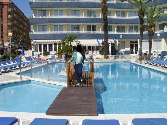 Piscina picture of hotel ght aquarium spa lloret de for Piscinas actur