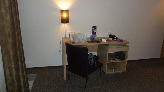 BEST WESTERN Hotel Pav: bureau,(table et rangements)
