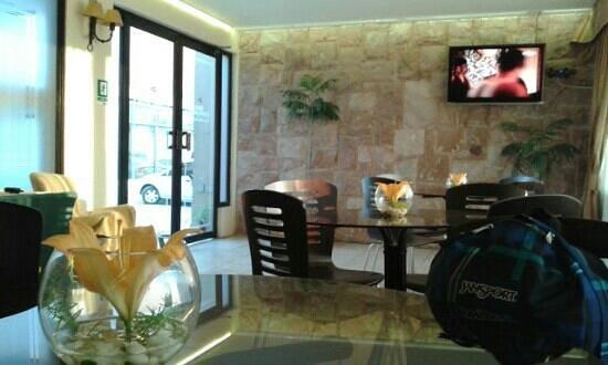 Hotel Cerro Castillo: lobby con tv... mesas y ofrecen caffe, te, jugos para tomar gratis