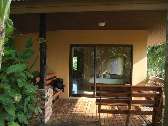 Sunda Resort: Bungalow mit Terrasse und Empfang mit liebevoll gestalteten Handtuchelefanten