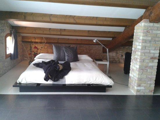 Hotel Cal Majoral : Rincón dormitorio. Grande y cómoda cama.