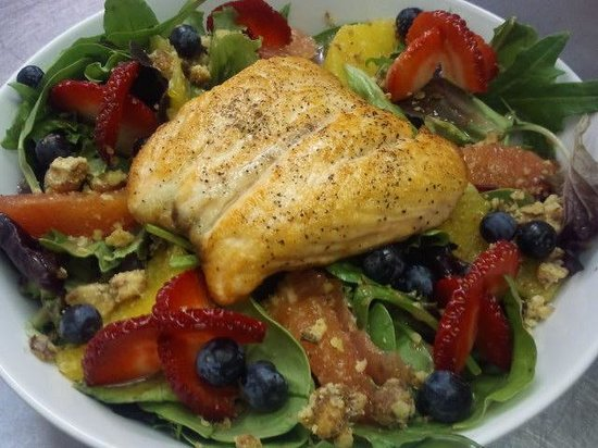 United Cafe Bar and Bistro: Salmon Berry Citrus Walnut Salad :)