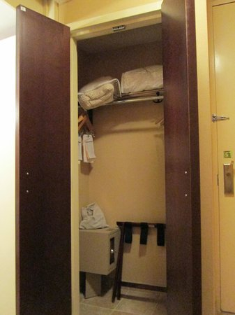 Hilton Burlington: Tiny Closet
