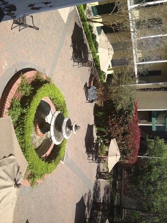 Quality Inn & Suites Maison St. Charles: courtyard (sideways) outside our room