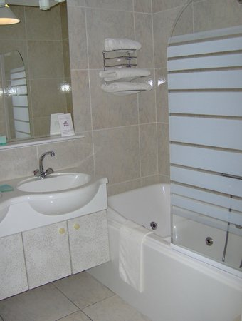 Salle de bain (exemple) avec baignoire balnéo - Photo de B&B ...