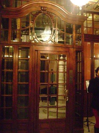 Nouvel Hotel: elevator