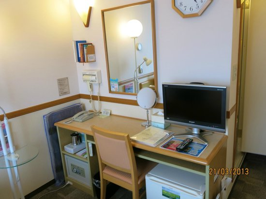 Toyoko Inn Shonan Kamakura Fujisawa-eki Kitaguchi : Lots on offer in the room, efficiently packed- in