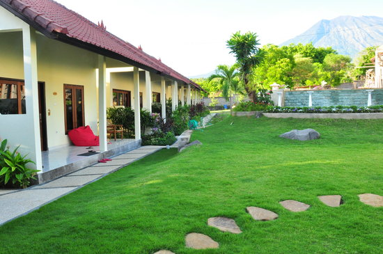 Ocean Sun Dive Resort Tulamben : Garden and Bungalows