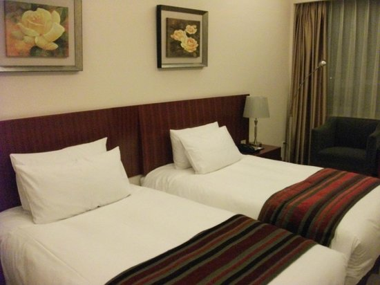 Shanghai Southern Airlines Pearl Hotel : bed