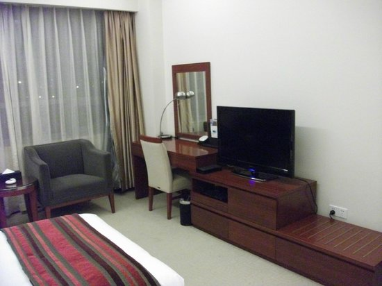 Shanghai Southern Airlines Pearl Hotel : bedroom with flatscreen TV