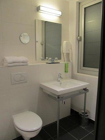 Hotel Ambre: Banheiro novo e espaçoso