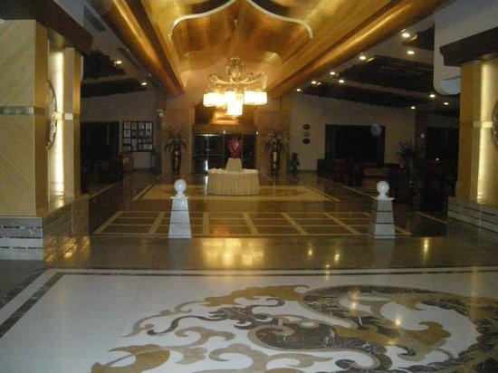 Royal Dragon Hotel: Entrance/reception