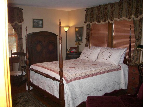 The Minnis House Inn & Guest Cottage: Upstairs Bedroom #4 with queen bed
