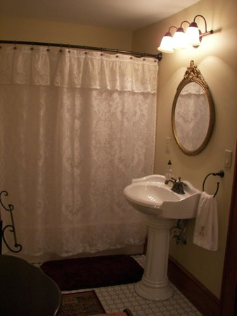 The Minnis House Inn & Guest Cottage: Upstairs Bedroom #4's Bathroom