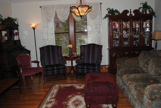 The Minnis House Inn & Guest Cottage: Downstairs TV Parlor