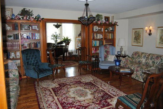 The Minnis House Inn & Guest Cottage: Downstairs Library/TV/Music Room